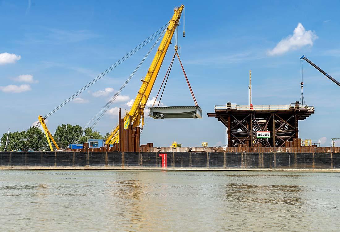 Helyére emelték az új komáromi Duna-híd első elemeit