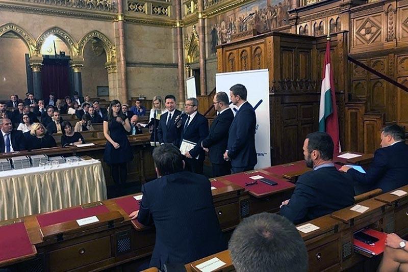 """""""Energiahatékonysági Mentorszervezet"""" díjat vett át Fehérvári Tamás"""