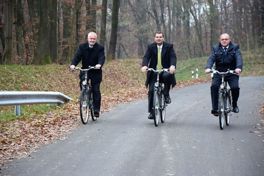 Átadták a határon átnyúló, kerékpározható új összekötőutat