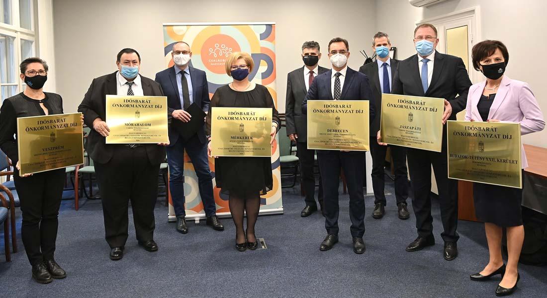 Tizenkét Idősbarát Önkormányzat Díjat adtak át idén